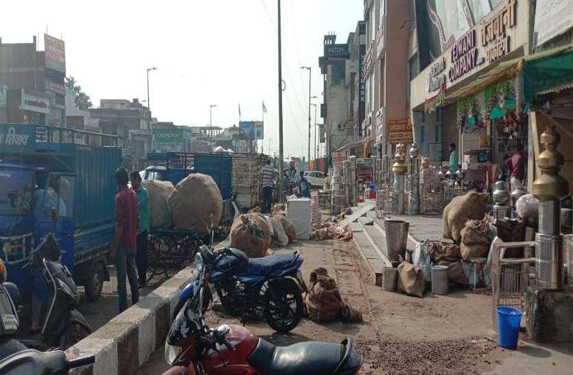 फुटपाथ पर व्यापारियों ने कर रखा है कब्जा, मुख्य मार्ग पर पार्क हो रहे वाहन