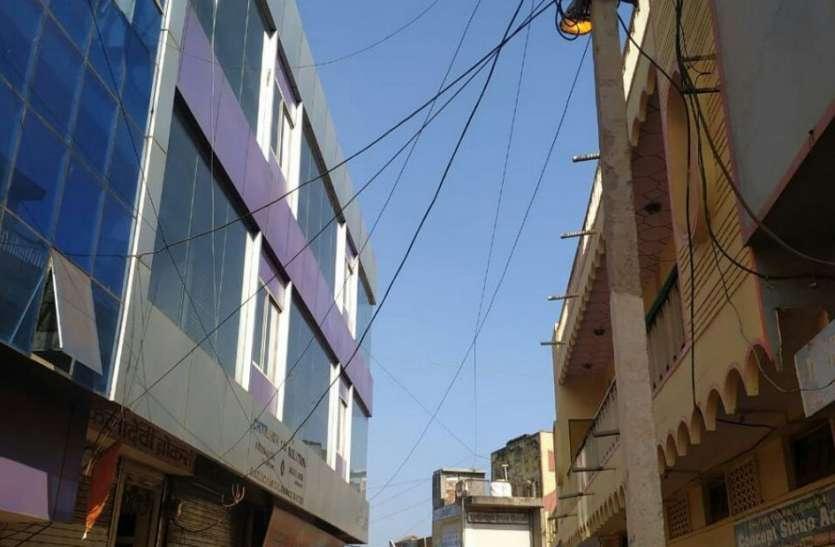 बिजली की बर्बादी, दिन में जगमगाती स्ट्रीट लाइट