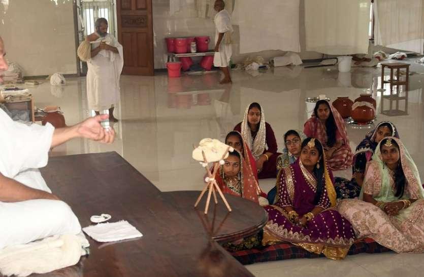 बेटे-बेटियों के भरे-पूरे परिवार के साथ सूरत में लेंगे मुंबई के उद्यमी दीक्षा