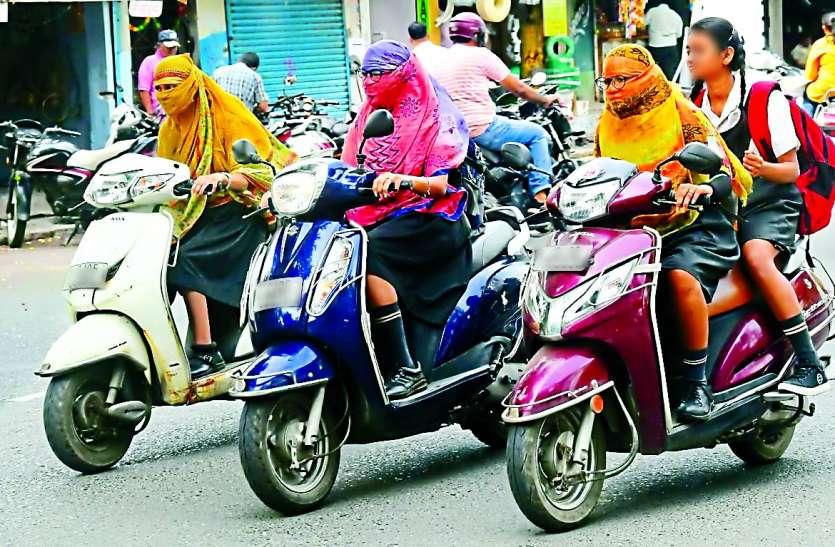 न हेलमेट और न ही लाइसेंस, रोज उड़ा रहे हैं ट्रैफिक नियमों की धज्जियां