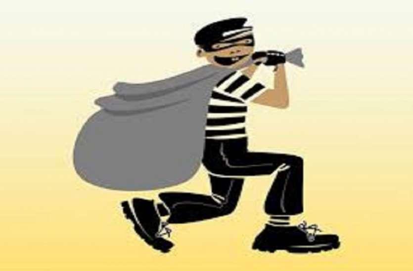 एक ही इलाके में तीन घरों से गहने किए चोरी