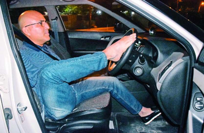 हौसले को सलाम! अपने पैरों से चला लेते हैं कार, गवर्नमेंट ने लाइसेंस भी किया है इश्यू