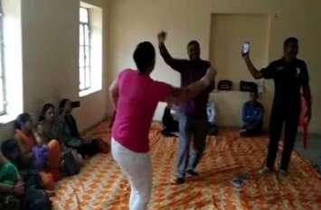 प्रशिक्षण शिविर में शिक्षक और शिक्षिका ने किया नागिन डांस, VIDEO वायरल होने के बाद गिरी गाज