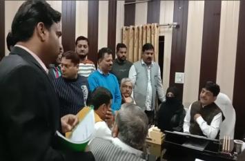 Video: प्रभारी मंत्री ने अफसरों के साथ मीटिंग करते ही एसडीएम को सौंप दी जांच