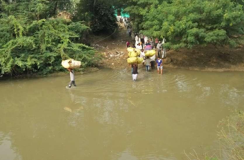 पैरा पंचायत में नदी पार करके यूं हो रहे शवदाह