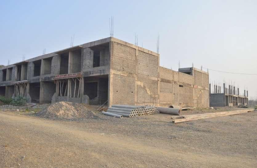 लाखों रुपए कर्ज लेकर दिए नपा को फिर भी नहीं मिले मकान
