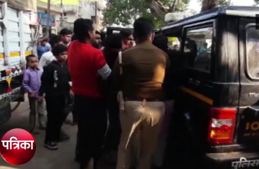 चौराहे पर हुई तेज रफ्तार बाइकों की भिड़ंत, युवकों की हालत गंभीर- देखें वीडियो