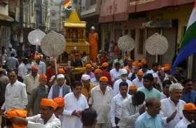 त्रिकाल चौबीसी: वृषभ रथ में विराजमान कर श्रीजी को कराया नगर भ्रमण - महामस्तिकाभिषेक के बाद शहर में निकाली वृषभ रथयात्रा