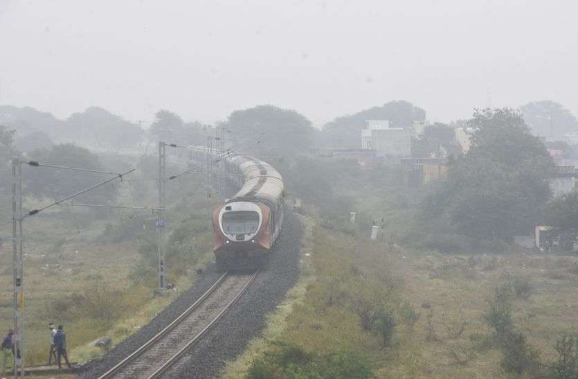 कोहरे ने बिगाड़ी ट्रेनों की चाल, यात्री परेशान