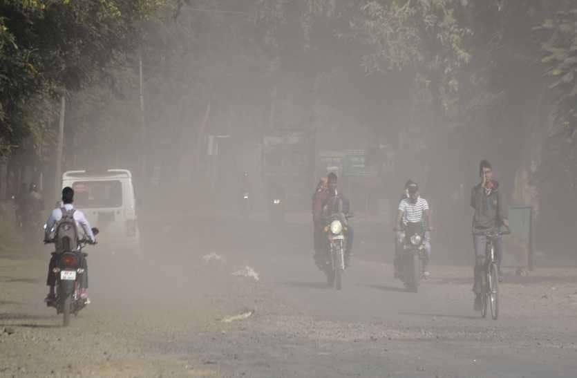 धूल की धुंध में गुम सड़क, डेढ़ किमी का दमघोंटू सफर