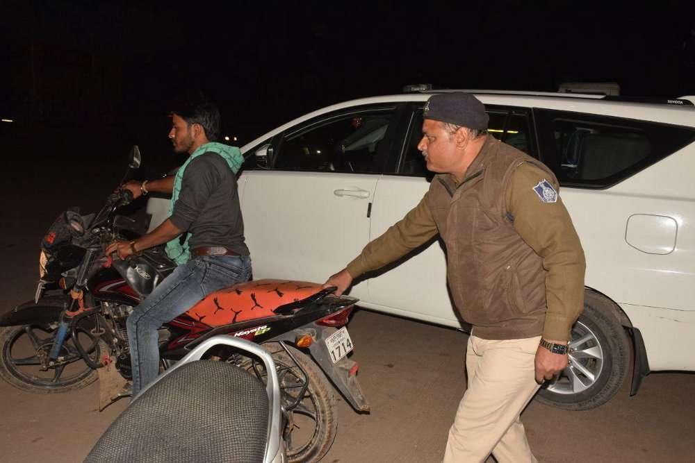 पुलिस की बाइक गायब हुई तो चप्पे चप्पे पर हुई वाहनों की जांच, देखें फोटों में
