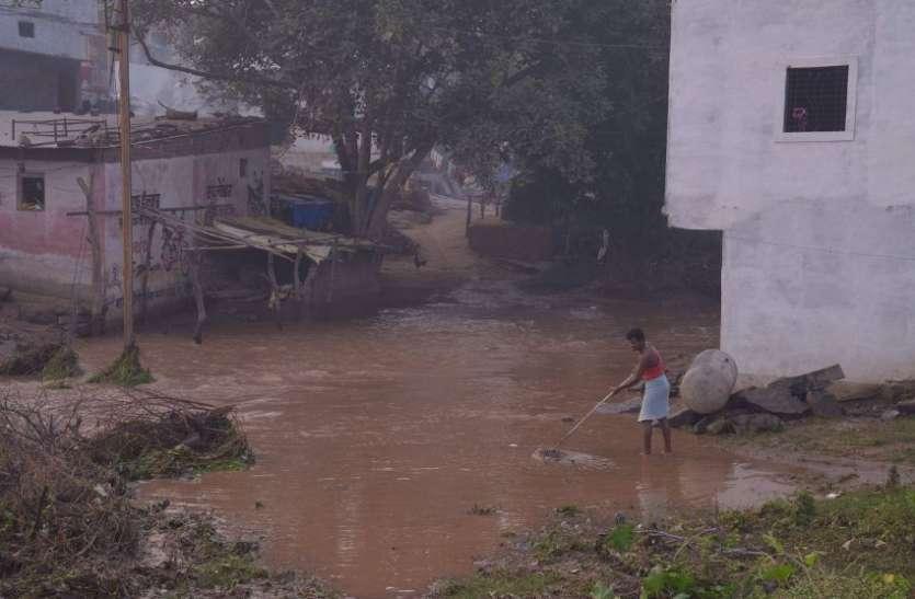 बिन बरसात आ गई बाढ़, घरों में भर गया पानी