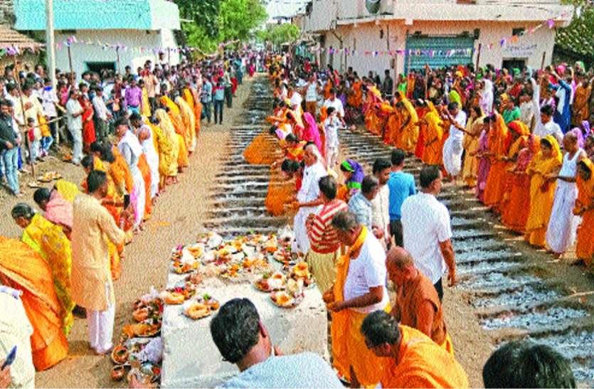 दहकते अंगारों के बीच नंगे पांव चले 143  श्रद्धालु, भगवान से मांगी मन्नत