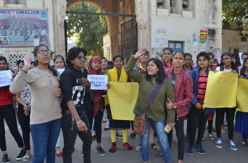 प्रियंका रेडी के हत्यारों को फांसी के लिए छात्राओं ने किया प्रदर्शन