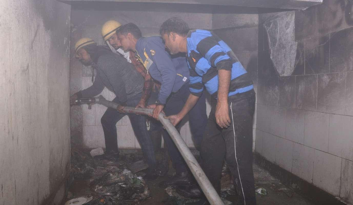 श्रीगंगानगर.जिला अस्पताल में सीढियों के नीचे पड़े कचरे में आग लगने से वार्डों में भरा धुआं.........देखें खास तस्वीरें