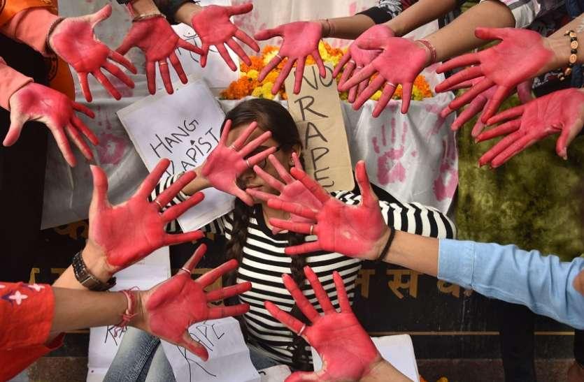 महिलाओं ने उठाई आवाज, 'बलात्कारी को सरेआम फांसी दे सरकार'