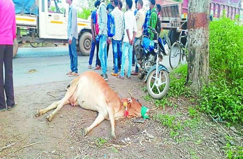 ट्रैक्टर की चपेट में आई बाइक, छात्र की मौत, गुस्साए ग्रामीणों ने किया चक्काजाम