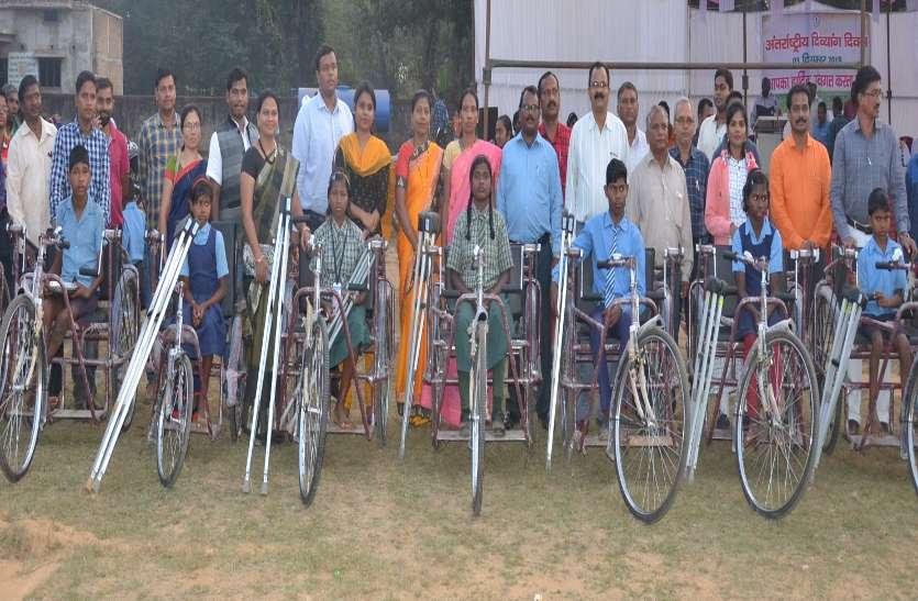 रायपुर : अन्तर्राष्ट्रीय दिव्यांग दिवस-२०१९ : स्मार्ट फोन और स्मार्ट केन पाकर दृष्टिबाधित डिकेश्वर और देवेन्द्र हुए खुश