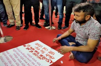 BJP सरकार से विपक्षी विधायक इस कदर हुए नाराज, हथेली काट खून से लिखने लगे नारे