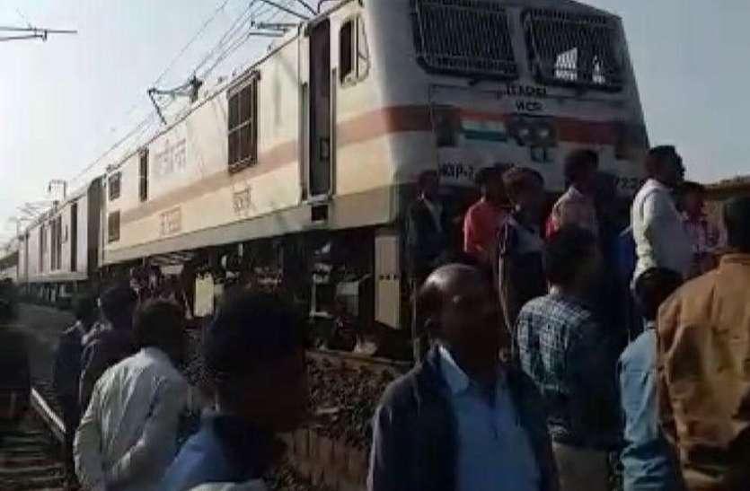 ट्रेन पर टूटकर गिरा तार, यात्रियों में मची अफरातफरी