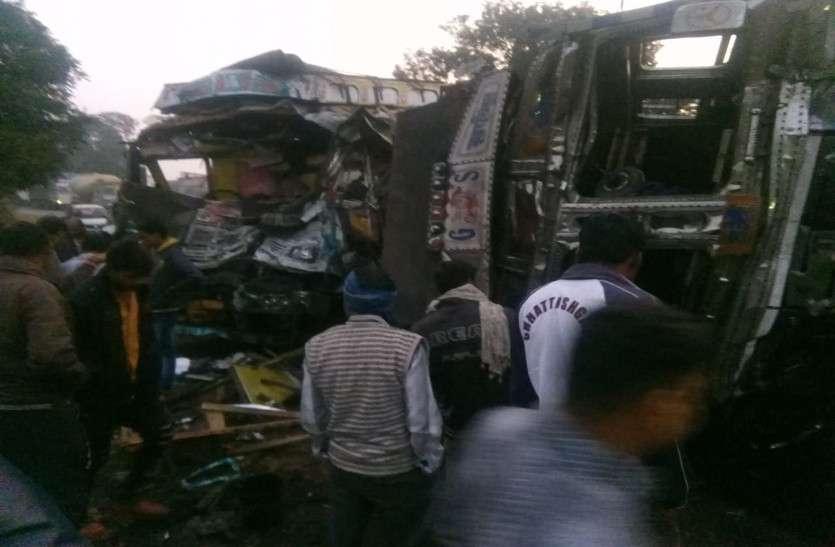 दो ट्रकों में आमने-सामने हुई जबरदस्त भिड़ंत से गाड़ियों के उड़े परखच्चे, चार गंभीर रूप से घायल