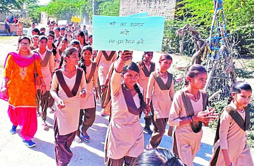 बलात्कार की घटनाओं के विरोध में छात्राओं ने निकाला कैंडल मार्च, जताया आक्रोश