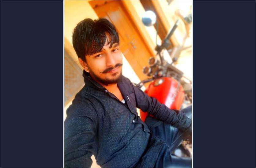 मिसाल: बेटे की सड़क दुर्घटना में मौत के बाद पिता ने युवाओं के हाथों में थमाए हेलमेट