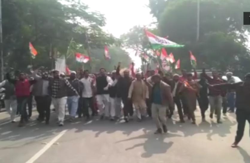 किसानों और ई-रिक्शा चालकों की मांग को लेकर सड़क पर उतरे कांग्रेसी नेता- देखें वीडियो