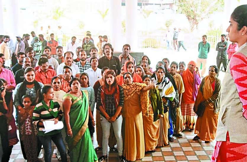 हैदराबाद में डॉक्टर से दुष्कर्म व हत्या के विरोध में रतलाम में प्रदर्शन