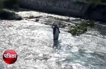हैदराबाद की बेटी को न्याय दिलाने के लिए हाथ में तख्ती लेकर नहर के ठंडे पानी में उतर गए ये मुस्लिम नेता, देखें वीडियो