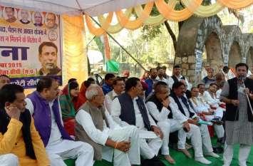 केंद्र सरकार पर सौतेला व्यवहार करने का आरोप लगाते हुए कांग्रेस ने किया प्रदर्शन