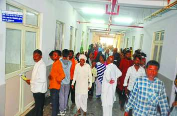 अजब अस्पताल- डाक्टर खड़े रहकर करते हैं मरीजों का इलाज