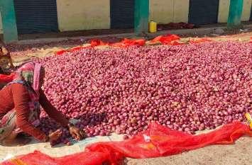थोक मंडी 90 रुपए तो फुटकर में 100 रुपए किलो पहुंचा प्याज