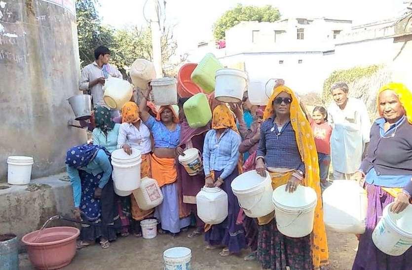 महिलाओं ने सिर पर खाली बर्तन रख किया विरोध प्रदर्शन