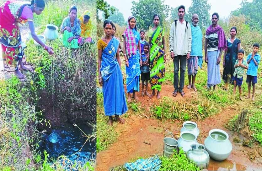 खेतों में झरियानुमा गड्ढा खोदकर गंदा पानी पीने को मजबूर ग्रामीण