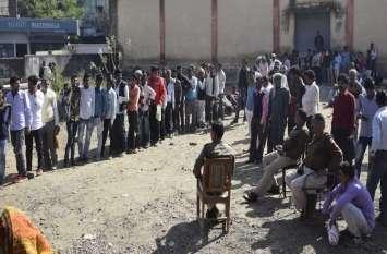 पुलिस के साये में गोदामों से बंटी यूरिया, 6 घंटे लाइन में लगे तब मिली दो बोरी