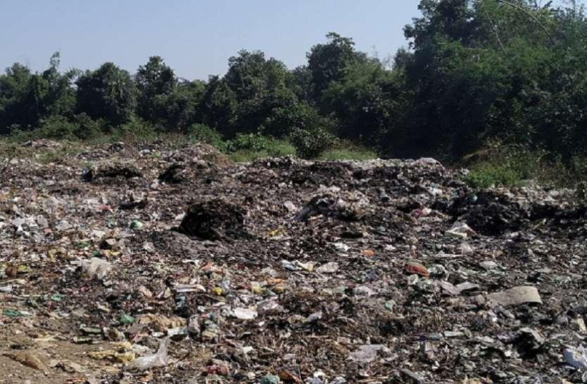 खजरी नाले के समीप फेंका जा रहा है शहर का कचरा