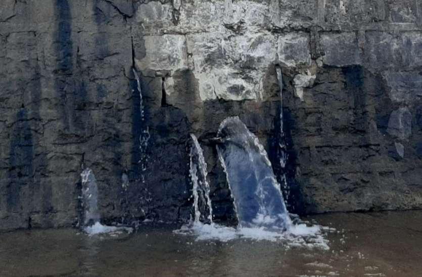 निरपत सागर तालाब की बेस्ट वियर क्षातिग्रस्त, हर दिन भारी मात्रा में पानी का हो रहा रिसाव