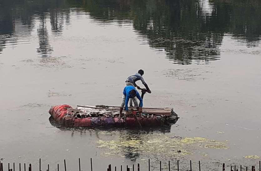 5 करोड़ की डिविडिंग मशीन खरीदी फिर भी उदयपुर की झीलें जुगाड़ से हो रही सफाई