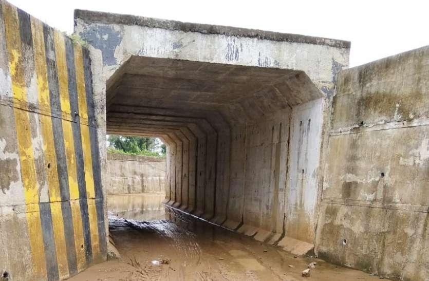 रेलवे का अंडर ग्राउंड ब्रिज ग्रामीणों के लिए बना मुसीबत