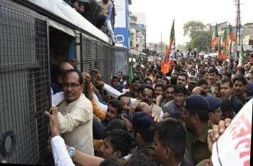 टै्रक्टर से गिरफ्तारी देने पहुंचे पूर्व मुख्यमंत्री शिवराज, रोका तो बस में बैठे, सामूहिक रिहा