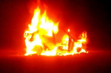 बाइक सवार युवकों को टक्कर मारने के बाद भाग रहे ड्राइवर ने मैदान में खड़ी कर दी कार, अचानक जलकर हो गई खाक