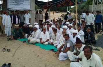 पांचवें दिन मंत्री ने तुड़वाया किसानों का अनशन