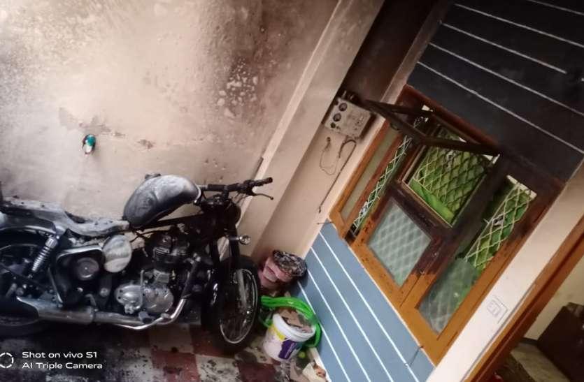 VIDEO: बाटल में लेकर आया पेट्रोल, घर के सामने खड़ी बुलेट का हुआ फिर ये हाल