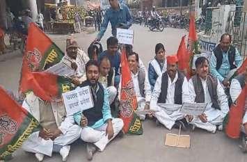 अखिलेश यादव के धरने पर बैठते ही सपा कार्यकर्ताओं ने सरकार के खिलाफ मोर्चा खोल दिया