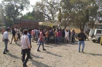 सोसायटी से निकलते ही किसानों ने घेरा खाद का ट्रक, चक्काजाम की कोशिश, पुलिस ने खदेड़ा