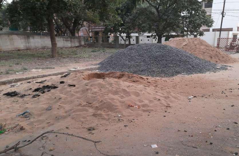 केवल कागजों में पार्क, धरातल पर रेत और कबाड़