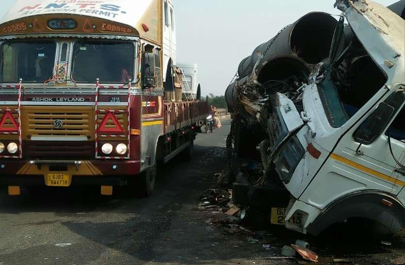 दर्दनाक हादसा: आमने-सामने टकराए ट्रक और कंटेनर, दो की मौत
