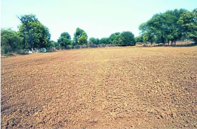 नहर से बर्बाद हो गया हजारों लीटर पानी, खेत सूखे