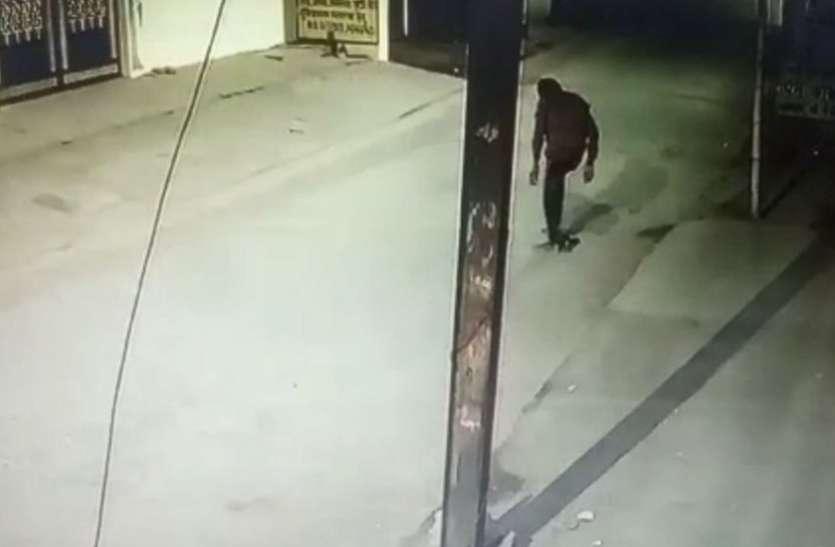सीसी टीवी फुटेज में आए चोर को पुलिस का अभयदान